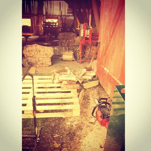 Ein småbrukars kvardag. Vedhugging Småbrukar Detgodebondeliv Boraas bjørkeved farmerlife barn låve bonde gårdsliv farm outdoor bondelag helved firewood work fjøs livet