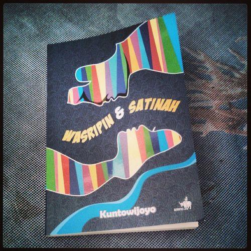 Wasripin & Satinah. Sebuah novel karya Kuntowijoyo . Lagi demen karya-karya beliau belakangan ini. Isu sosial dan politik dibumbui dengan romantika yang alami dan manusiawi. Benar-benar sastrawan besar. Book Bukuhariini Bacaan sastra