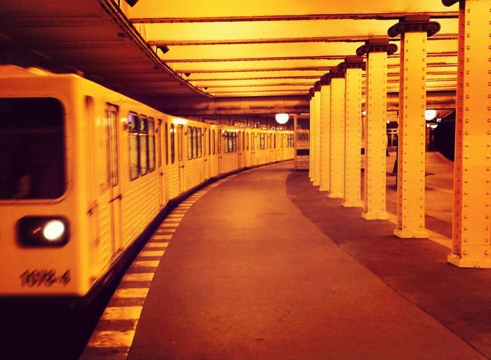 Ubahnhof Yellow Subway Metro Station