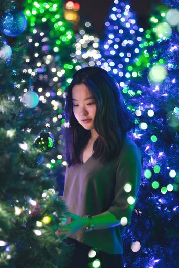 Finding New Frontiers Illuminated Christmas One Person Christmas Tree Christmas Lights Night Christmas Decoration Beautiful Woman Portrait Bokeh Colors Colour Of Life Color Portrait Christmas Market Portrait Of A Woman Christmas Lights Christmas Around The World Colorful Traveling Home For The Holidays Uniqueness Women Around The World The Portraitist BYOPaper!
