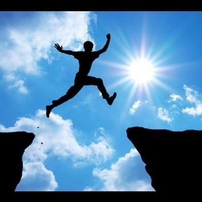 الثقة قيل في الثقة: الثقة ليست وصفة سحرية أو علم يدرس ، إنما الثقة تجارب شخصية تبنيها المواقف . الثقة يكبر حجمها في كل تجربة ناجحة ، ويصغر حجمها عند كل خطأ . أسعد_الله_مسائكم_بكل_خير مساء_الخير مساء_الورد