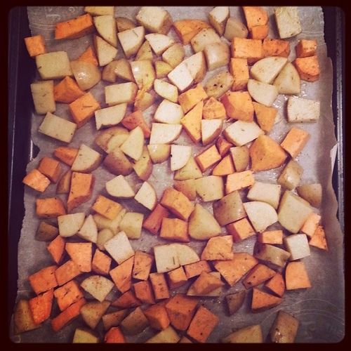 Potatoes are a'roastin. Sweet potatoes and yukon golds with olive oil, rosemary, paprika and garlic powder. Whatveganseat Sweetpotato Yukongold Vegan vegansofig vegansofinstagram lunch roastpotatoes veganfoodshare veganfoodporn veganism rosemary