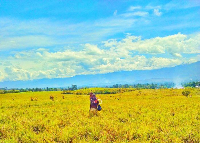 People Nature Mountain Wamena Papua Indonesia Mom And Sun