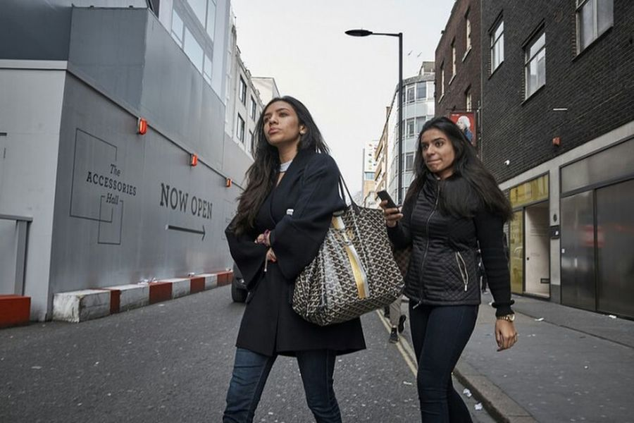 Duke Street. Togetherness Young Women Friendship Day Outdoors City City Street Building Exterior London Calling Streetdreamsmag Sidewalk Walking Fitzrovialitter Street Photography Urban Life LONDON❤ Candid Photography Streetphotographer London Streets Streetphoto Low Angle View Crossing Road Fujifilm Streetphotography Street
