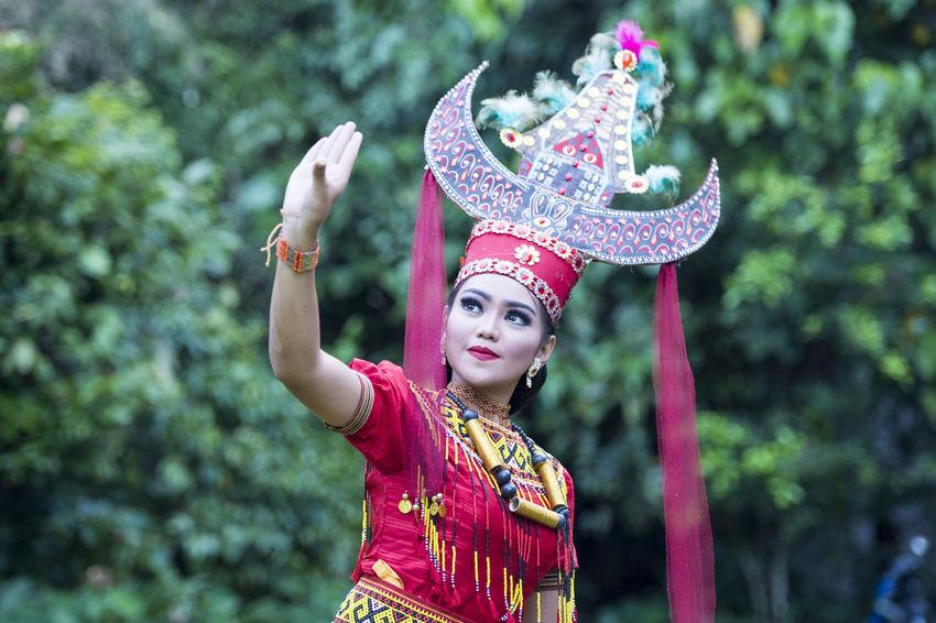 Sanda Oni dancer pose for camera in North Toraja, Indonesia. Buntu Pun Dance Dancers INDONESIA Sanda Oni Sulawesi Tator Tongkonan Toraja Toraja Indonesia Traditional Clothing Traditional Costume Traditional Culture