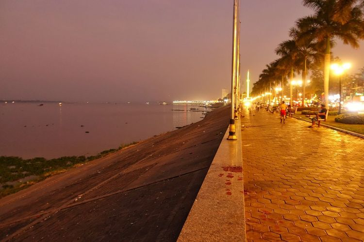 Night and Mekong. Harbor Lights Travelholic Mekong River Cambodia Pnompenh Fotografie ASIA Funtravel Wanderlust Sunset Traveler Reisen Foto Water Sea Beach Tree Sky Shore Silhouette Evening