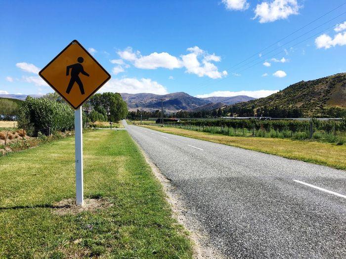 路是人走出來的 Sign
