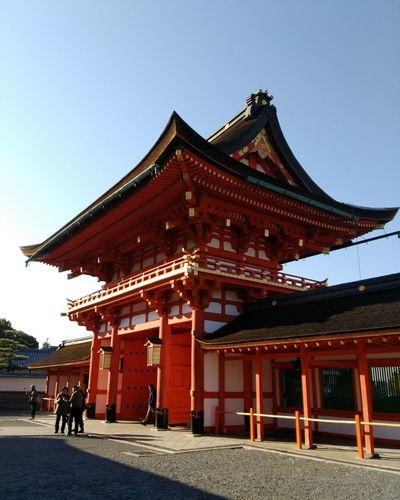 伏見稲荷大社 2017冬旅🐾👣🚗 楼門 朝から素晴らしい場所で過ごす 久しぶりの京都ドライブ💛 神社 Scenery Japaneseshrine Sunny Moment Awesome Relaxingtime Kyoto, Japan Architecture History Travel Destinations Built Structure Sky Day Outdoors Clear Sky People