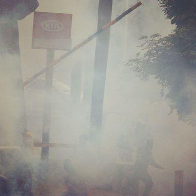 """1A 1abril Chacaito Venezuela sosvenezuela ResistenciaVzla sos laverdad estudiantes gobiernocorructo prayForVenezuela fuerza elquesecansapierde marcha guarimba resistencia capuski laluchasigue gnb lacrimogenas calle estudiantes gobiernocorructo valientes """"solo un poco de humo que reparten los inocentes pnb""""bombas lacrimogenas"""