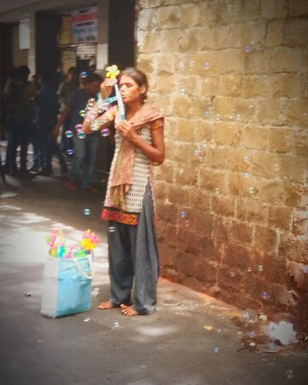 Blurry but IloveIT ♡after my school i saw this nd i was cried because she was very hungry nd she dont have food too eat nd money also 😔😭 nd we ppl only waste all those thing .... that's why she stand on street nd did this work full day she stand like this without footwear nd do this all things Untold Stories Untoldstories UntoldStory An Untold Story Of School Life Mumbai India Mobilephotography Eyem Best Edits Capture The Moment Bubbles pls read ☝ this story Fullday she stand nd do al this thing...uh know for why ??... only for food 😔 without footwear stand on a street for full day its not a easy 😔😔