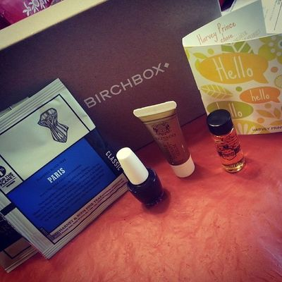 My Birchbox finally came today, a ray of Sunshine in my crappy day. It might've traveled across the country a few times in two weeks to get here, but I do like what I see. Pretties HarveyPrinceHello beautyprotector skinandco harneyandsons opi