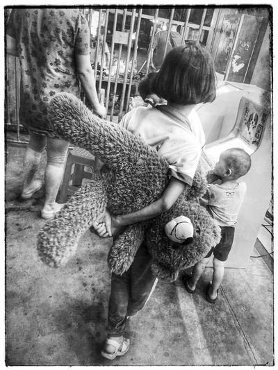 街头摄影 Hello World 佛山 中国 Foshan China Candid Photography Black & White Street Photography Girl Plush Bear