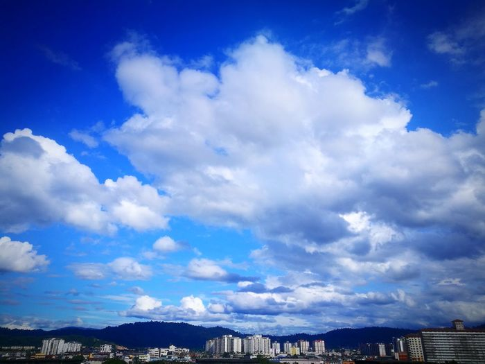 when you look up there was cloud with smoothly moving give we feel relaxing but when we looked down there have a lot of rushing movement and give we tension feeling. Everydayview ADIB2803 HuaweiP9 Cloud - Sky Blue Sky Outdoors Scenics Sea Mountain No People Nature Cityscape Day
