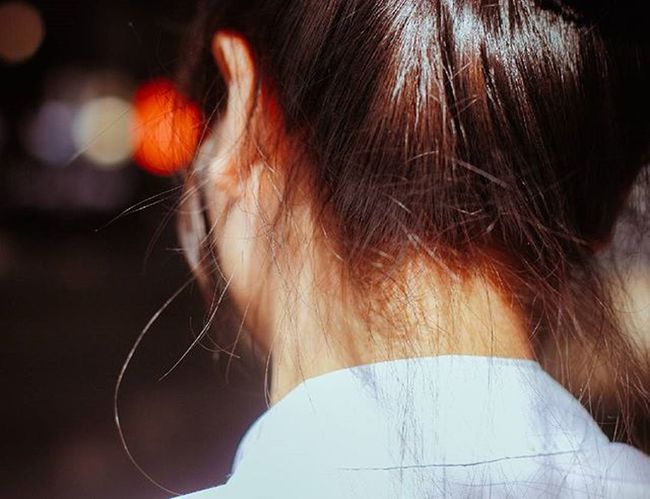 Sau gáy 1 cô gái 😂😂 View From Behind Portrait Of A Girl Hair Portrait Photography Sunlight