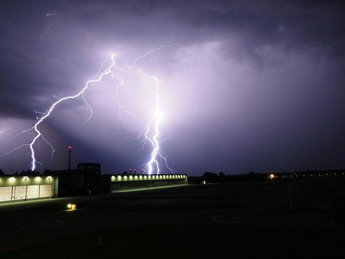 .... zur richtigen zeit am richtigen ort .... .... Zur Richtigen Zeit Am Richtigen Ort .... Airport Lightning Storm Lightning Thunderstorm Clouds Clouds And Sky Heliport Night Night Lights Nightphotography