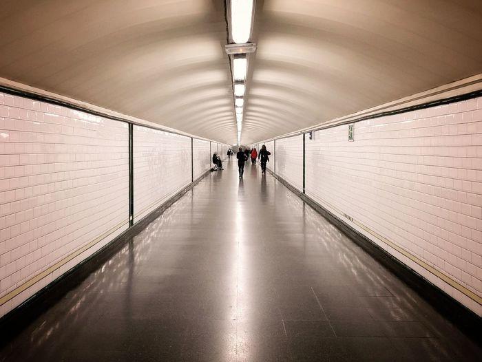 Madrid tiene muchos laberintos subterráneos ⏺️ Madrid has got many underground labyrinths Madrid España SPAIN Underground Metro Perspectiva Perspective Vanishing Point Punto De Fuga Picoftheday The Way Forward Architecture Tunnel Illuminated Visitspain Arquitectura