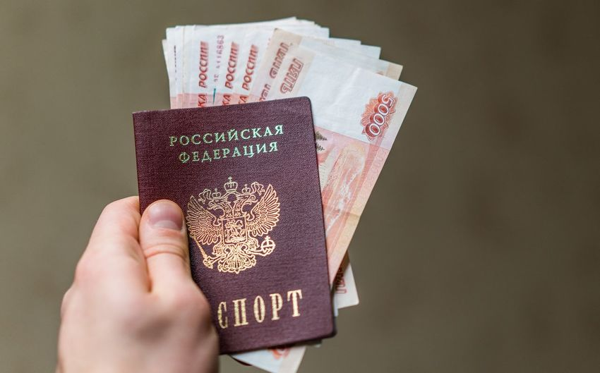 200 рублей 2000 рублей Passport Travel Bar Code Bills Close-up Day Human Body Part Human Hand Indoors  One Person Passport People Rouble Rubles Russian Currency Russian Passport Ticket Travel Vacation Vacations Visa паспорт российский паспорт