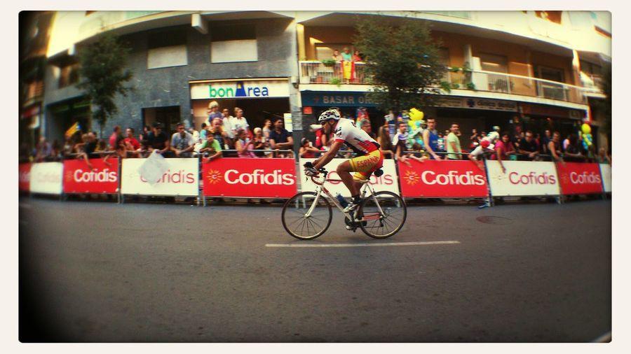Vuelta ciclista España en el portal de casa Bike Bicycle