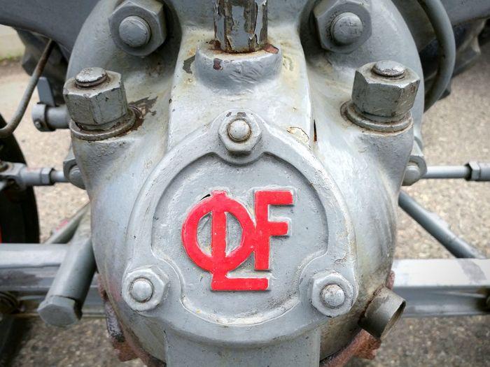 Landini testa calda. Officine Landini Fabbrico. Tractor Landini Officine Landini Logo Engine Old Engine Machinery Red Close-up Machine Valve