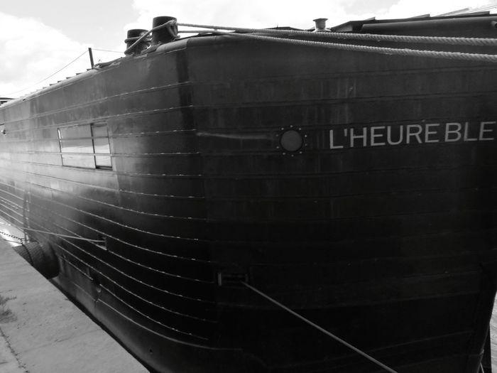 L'heure bleu : Der Begriffblaue Stundebezieht sich auf die besondere Färbung des Himmels während der Zeit derDämmerungnachSonnenuntergang und vor Eintritt dernächtlichen Dunkelheit, während sich die Sonne etwa 4 bis 8 Grad unterhalb des Horizontes befindet. Besonders geprägt wurde der Begriff vonSchriftstellernundDichtern, die ihn häufig mit melancholischen Gefühlen assoziieren. Boat Boats Boats⛵️ Boating Boats And Sea Lheurebleue Seine Seine River Paris Paris, France  Paris ❤ Paris Je T Aime Parisian Parisweloveyou France France 🇫🇷 France🇫🇷 France Photos Riverwalk