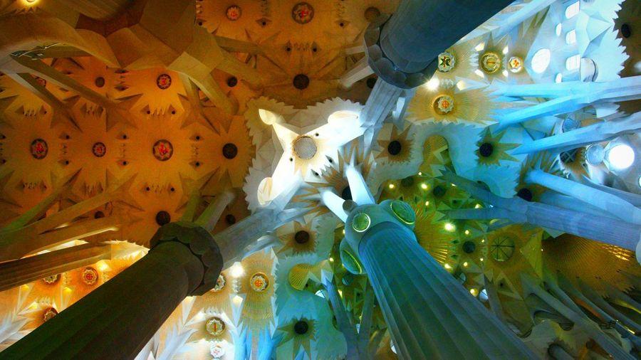 Arquitectura de la Sagrada Familia. Sagrada Familia Arquitectura Illuminated UnderSea Ceiling Multi Colored Close-up Cathedral Catholicism Christianity Tall - High Tower Church