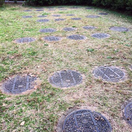 中野 平和の森公園 ディープスポット ちょっと小ネタ。公園の裏手にマンホールの密集地帯が…?奥に浄水施設があってそれ関係と思われますが…36個もあるし…?