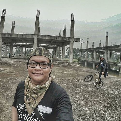 On the event day of Wwim12Dumai i met @riski_sahputra and he is doing a flatland on the background while im taking a selfie. Good event, good people on a good day the only thing missing is the good blue sky that we rarely see again because of the haze. WWIM12 Wwim12Dumai WhoIfollow Todayimet Instameet Instameetindonesia Seputardumai Igdumai Exploreriau Instagramjustforfun Apaniramerame Meetup Teamtopikebelakang Melawanasap Masihmelawanasap Bmxdumai Bmxflatland Flatland