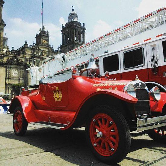 De todas las corporaciones, la única que respeto y admiro. Los bomberos. CarroAntiguo Camion Bomberos? Zócalo Photography Urbanphotography