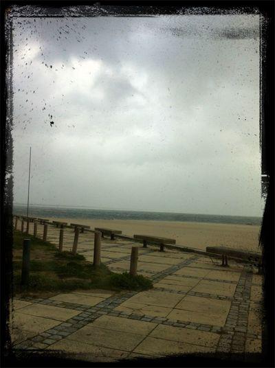 Mesmo num dia chuvoso e cheio de vento olhar o mar é terapia p mim adoro