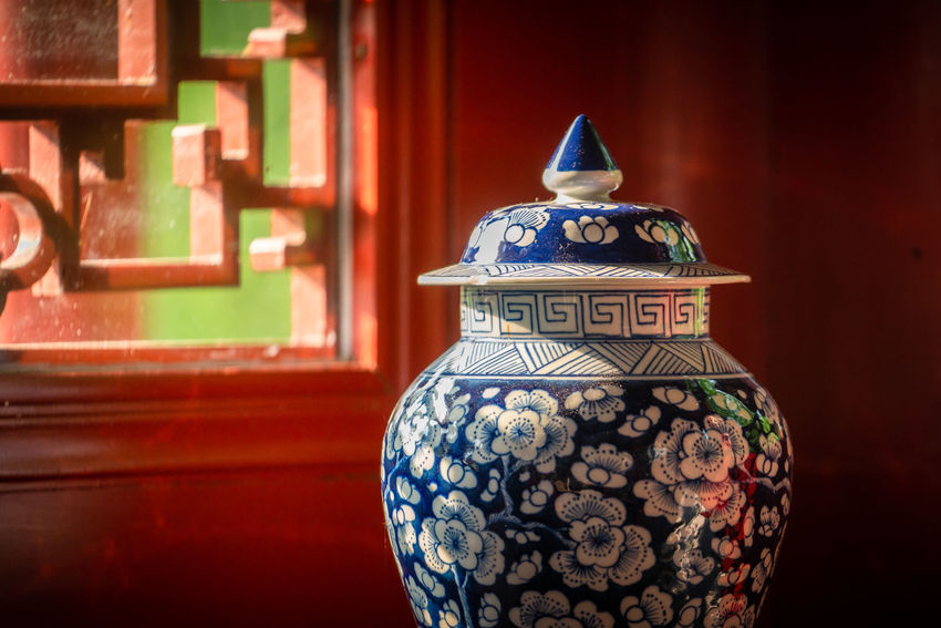 im chinesischen Teehaus Antique Art And Craft Ceramics Chinese Close-up Culture Decoration Design Focus On Foreground History Indoors  No People Pattern Red Single Object Still Life Vase