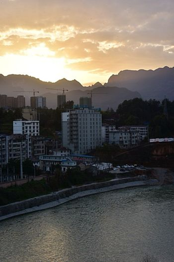 夕阳照耀下的淸江畔