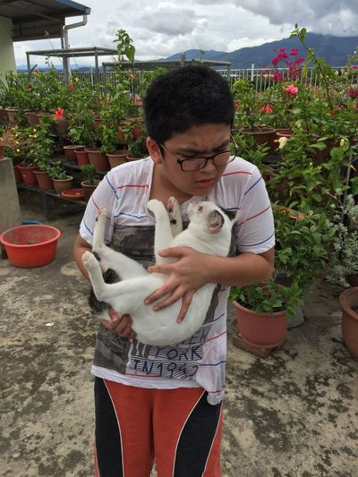 Haha! Snowbell trying to claw his way up and Jonathan feel the pain! His face expression is priceless 😁😂 One Person Holding Cat Feline Human Emotion In Pain Emotion My Photo My Style Pet Looking Down Three Quarter Length Standing Iphonephotography The Purist (no Edit, No Filter)