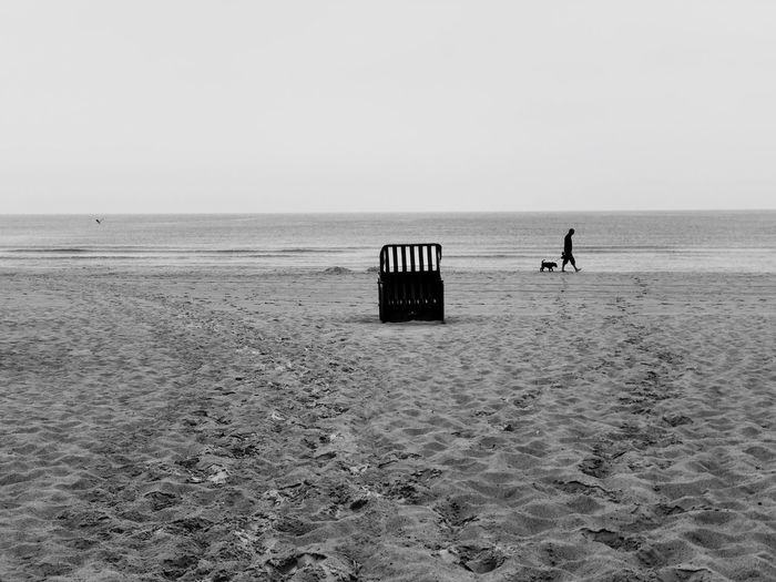 Mann mit Hund am Strand Blackandwhite Man Dog Sea Horizon Over Water Horizon Land Sky Beach Water Beauty In Nature Sand Idyllic Outdoors