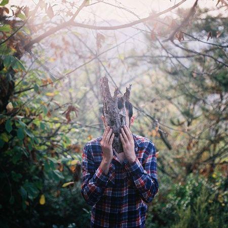 Ve sonra ağaç kabuğundan yapılmış maskeyle insanlara bakiyordum. Son Analog Pentaconsix Colours