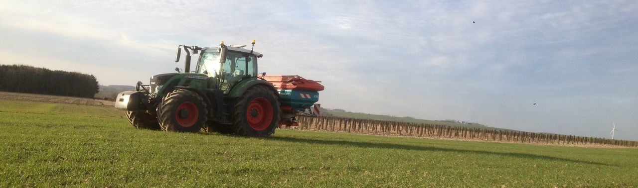 seeder fertilizer on wheat culture Corn Engrais Farming Fendt Fertilizer Fertilizer Material Fertilizer Truck Green Color Rural Scene Seeder Fertilizer Semoir A Engrais Sulky Tracteur Tractor Tranquil Scene Tranquility Wheat