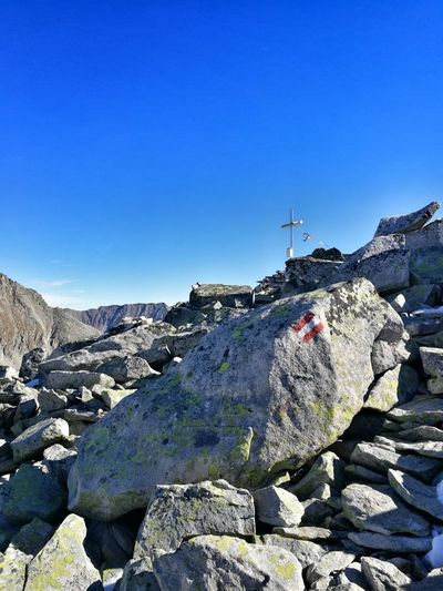 der Weg ist das Ziel 👌 Gipfelkreuz Berggipfel Wanderlust Bergsteigen Sonnenschein  Steiniger Weg Natur Glücklich Erledigt Stolz Mountain Blue Clear Sky Rock - Object Sky
