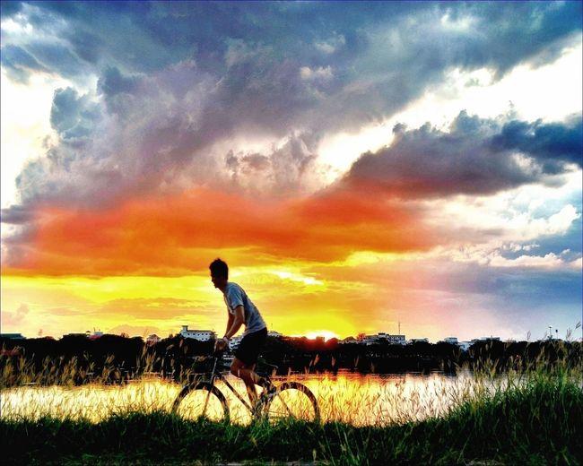 Enjoying Life #sunset #sun #clouds #skylovers #sky #nature #beautifulinnature #naturalbeauty #photography #landscape Sky_collection EyeEm Best Shots