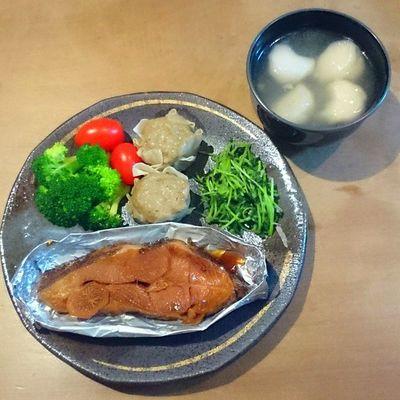 今日の我が家の晩御飯シリーズ カレイの煮付け シュウマイ 豆苗の炒め物 ブロッコリー トマト 海老入り餃子スープ
