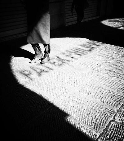 El Color De La Oscuridad Y La Luz Eye4thestreets Other People's Shoes
