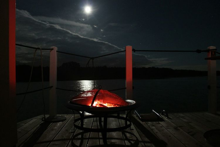 Feuerund Mondlicht Hausboot See Nacht Nachtfotografie Fire and Moonlight Houseboat Night