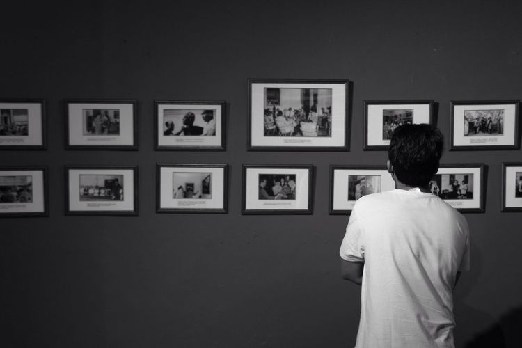 memandang Rear View Picture Frame Museum One Person Photograph Exhibition Indoors  Day