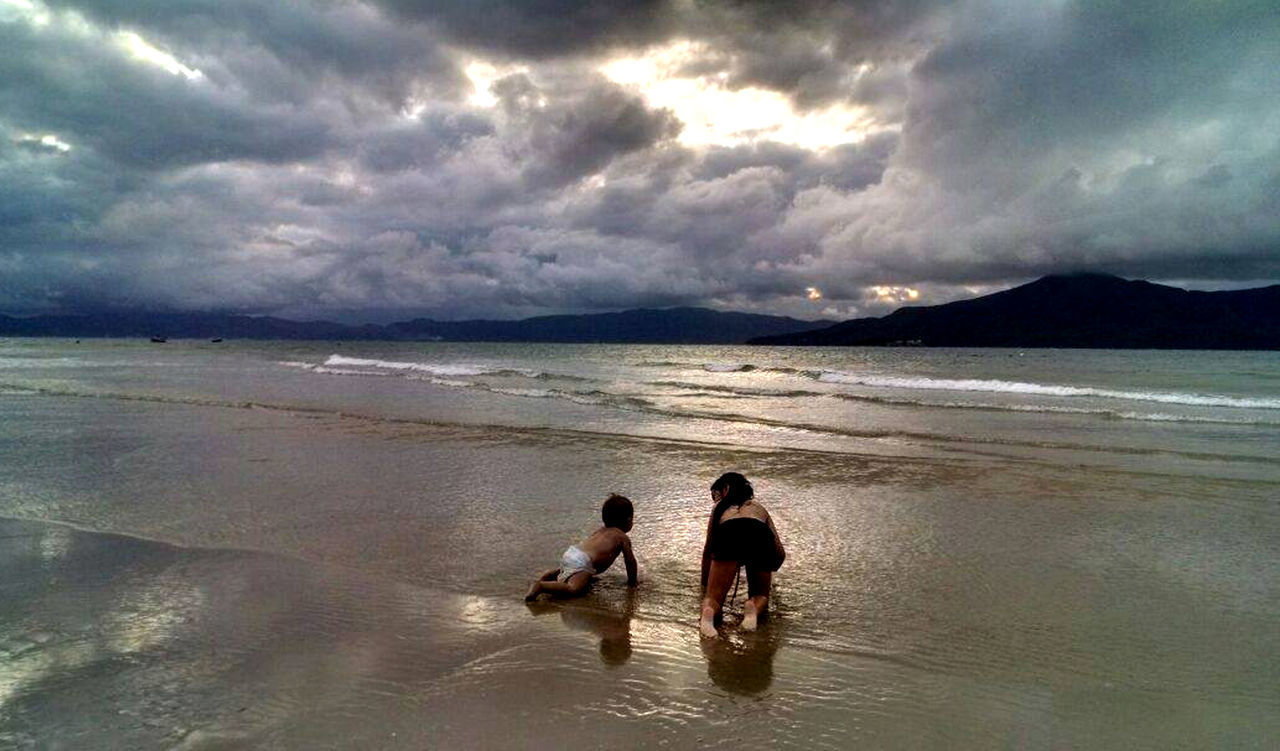 cloud - sky, sky, water, sea, beach, land, real people, beauty in nature, two people, child, scenics - nature, leisure activity, nature, togetherness, men, horizon over water, childhood, boys, people, outdoors