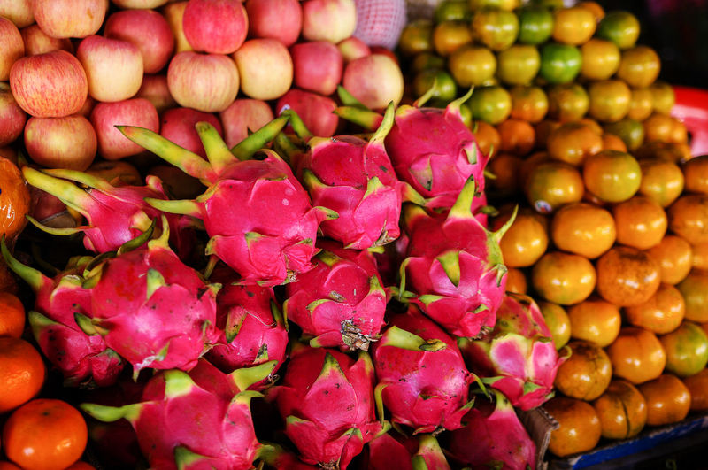freshness Apple Choice Dragonfruit Eyem Eyem Gallery Eyemphotography Food Food And Drink For Sale Freshness Freshness Fruit Fruits Healthy Eating Market Stall Multi Colored Orange Pentax Street Photography Streetphotography Travelling Travelling Photography Tropical Variation Vitamins