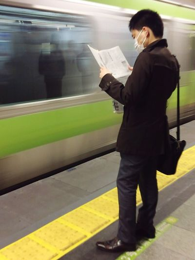 Life In Motion Waiting For A Train Reading Newspaper Newspaper Train Station Tokyo Tokyo Street Photography 山の手 山手線