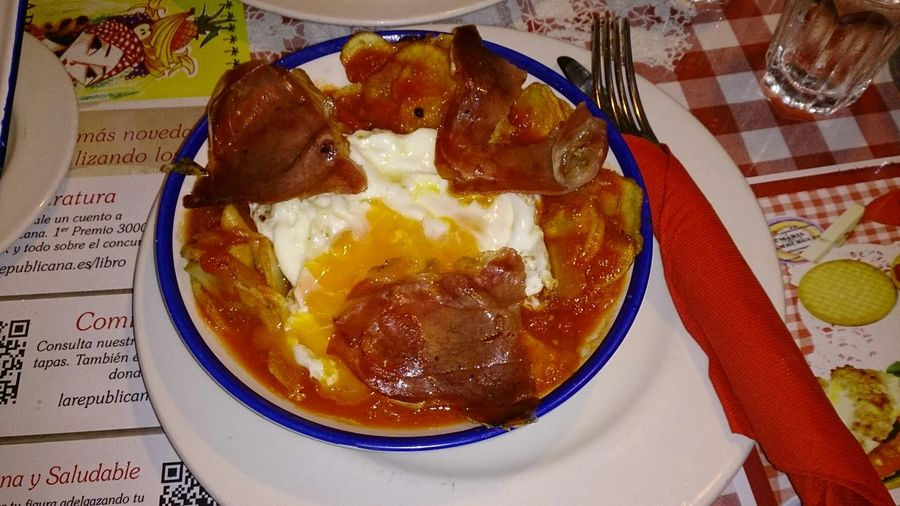 Comiendo unos Huevos Rotos Con Jamon