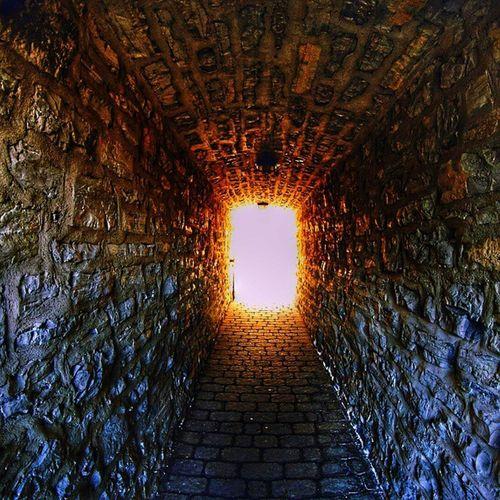 Yolun sonunda isik gorundu... Derinlik Isik Duvar Stone wall duvar istanbul color photoofday