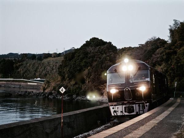 Every Saturday 17:27 ななつ星 into Chiwata Eki ( 千綿駅 ) . Omura Line, Nagasaki Prefecture. Panasonic GX1/ Aperture priority AE mode Just One Shot LEICA D SUMMILUX 25mm 50mm F1.8 Photos(iMac) edit de Good Night / ななつ星 train design of Eiji Mitooka+Don Design Associates. JR Kyushu CRUISE TRAIN / SEVEN STARS IN KYUSHU (NANATSU-BOSHI) Design & Story TRAIN Discover Kyushu, Japan Lights On Luxury Train On The Platform Retro Style 水戸岡鋭治 Japan Scenery Nagasaki JAPAN