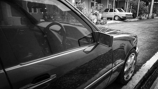 Mercedesbenz W123  W124owner W124 W124bandung W124gram W124fanatic Mercedes Sportline Instacars Own_acc Car Carporn Mbcar Iphonesia Instasunda Insta_kaskus Ic_wheels Instago Photo_storia Fotonesia Ig_indonesia Instagood Monochrome Bw bnw blackandwhite