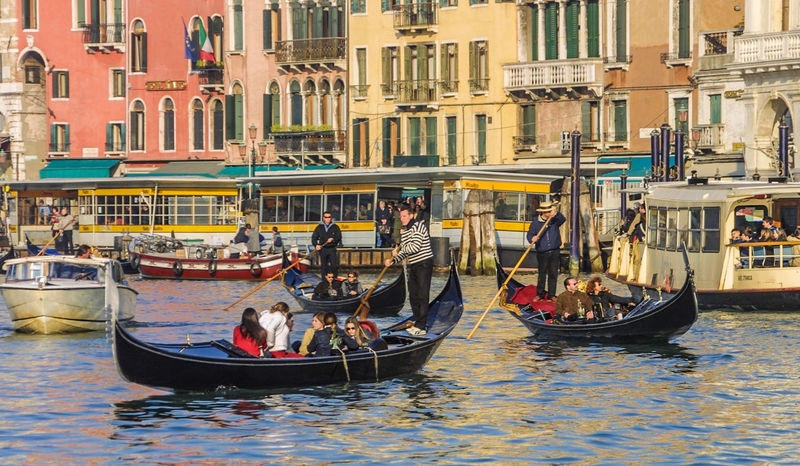 Canale Grande Rialto, Vaparetto Traffic, Bridges, Man-made Structures Venedig, Ohne Touristen, Lagune, Frühling, Venice, WithoutTourists, Springtime, City, Sea, Water, Historical, Old Town Building Exterior Canal Gondola - Traditional Boat Gondolier Large Group Of People Mode Of Transport Outdoors Transportation Travel Destinations Waterfront