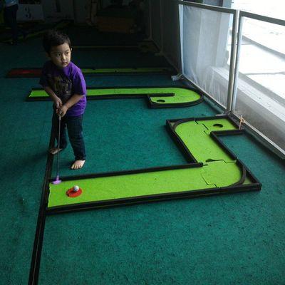 Razan play mini golf. Razan Nephew  Golf Minigolf playtime